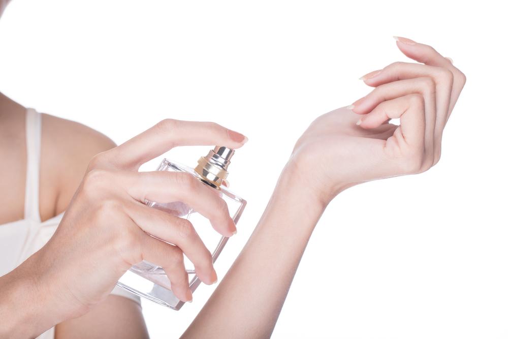 parfum femeie shutterstock